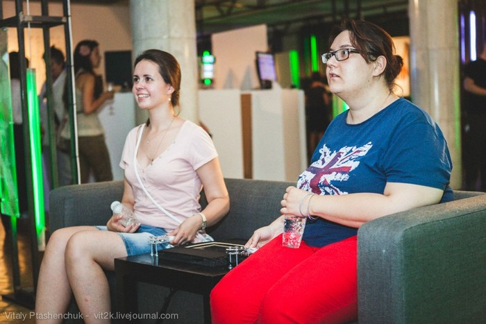 2 girls using pip to relax in moscow exhibition